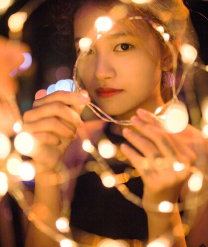 девушка со светодиодной лентой