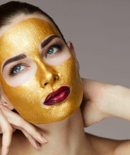 золотая маска на лице