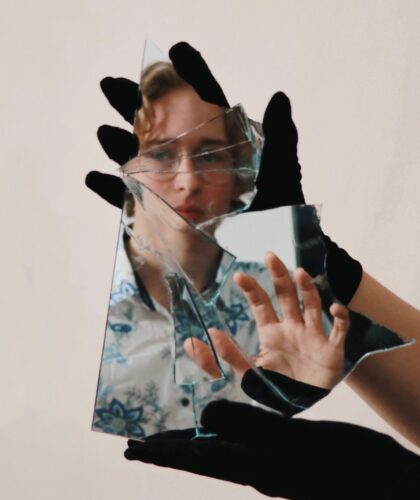 девушка с разбитым зеркалом
