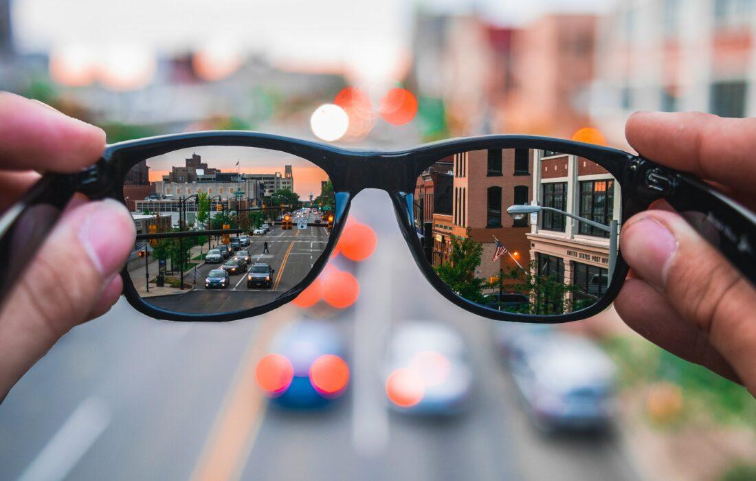 вид на улице через очки