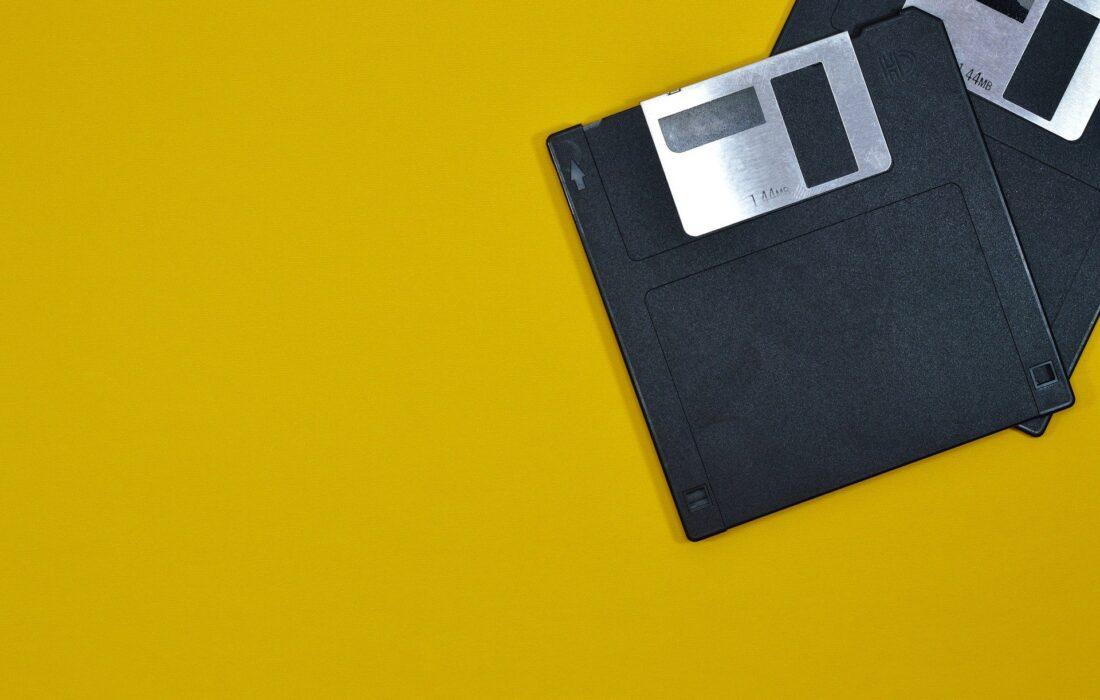 дискеты на желтом фоне