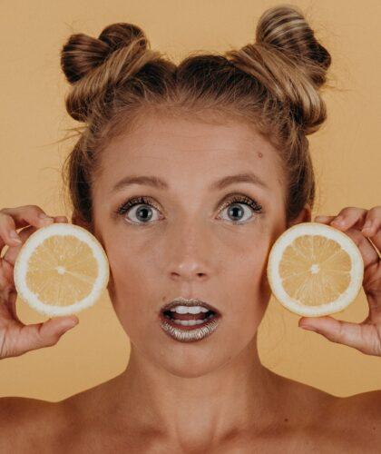 лимоны возле лица