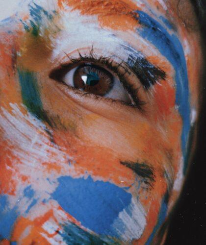 разрисованная девушка