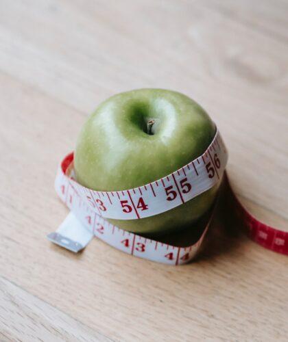 яблоко с сантиметровой лентой