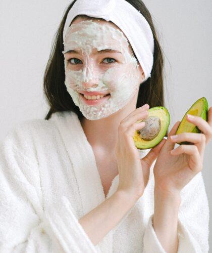 девушка с маской и авокадо