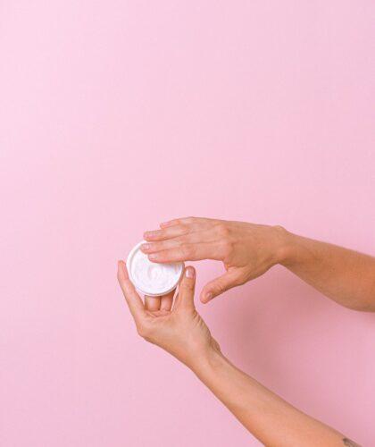 крем в руках