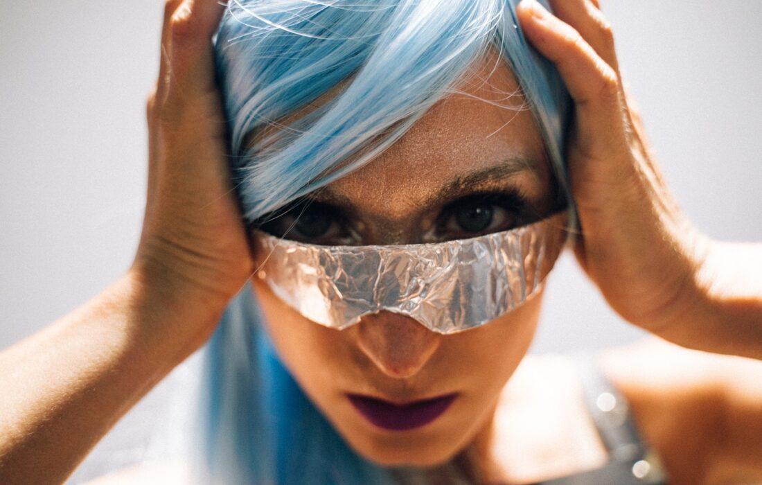 девушка в очках из фольги