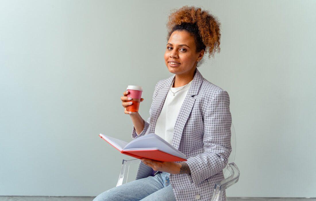 девушка с кофе и папкой