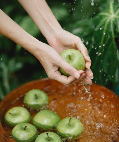 девушка моет яблоки