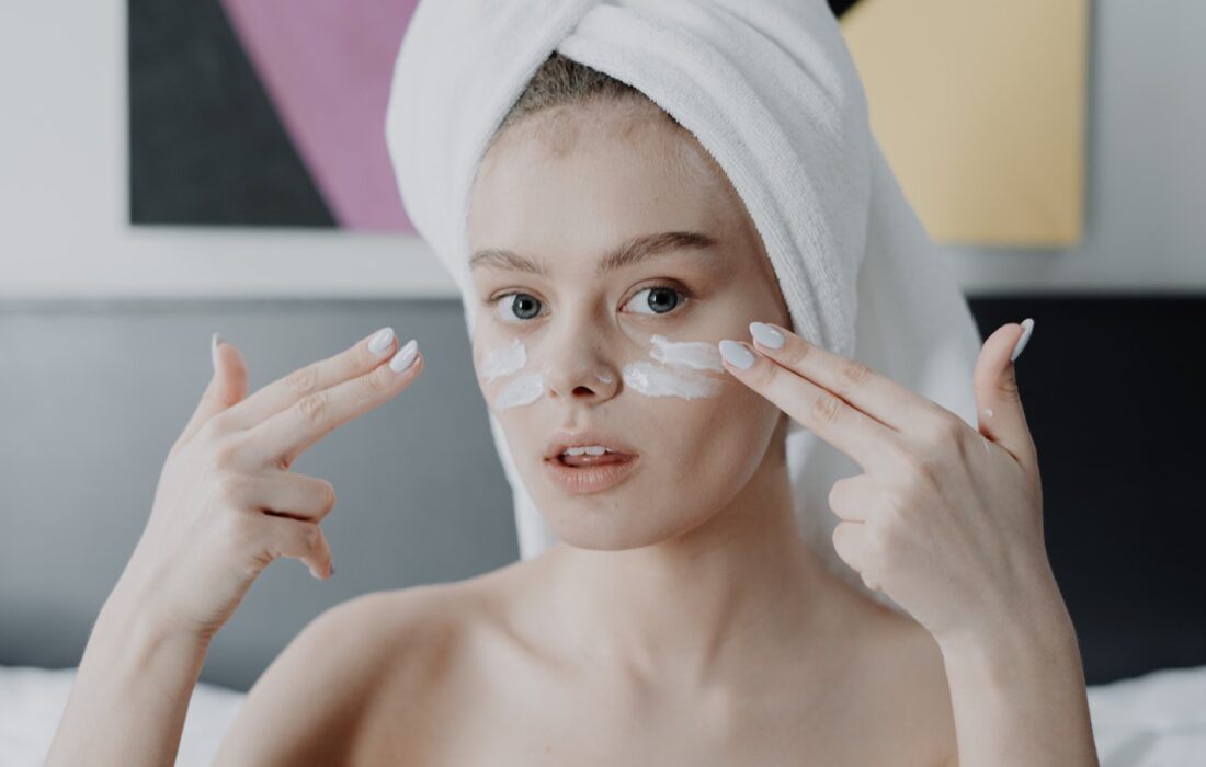 девушка наносит маску на лицо