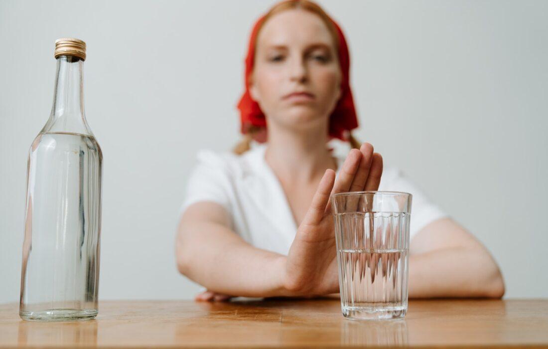 девушка не хочет пить