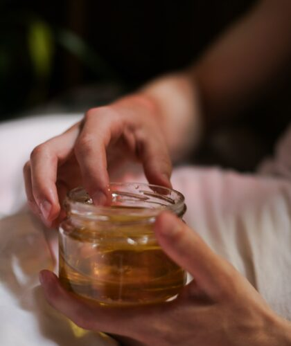 мед в руках
