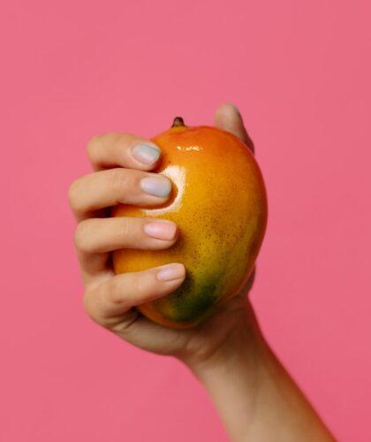 фрукт в руках