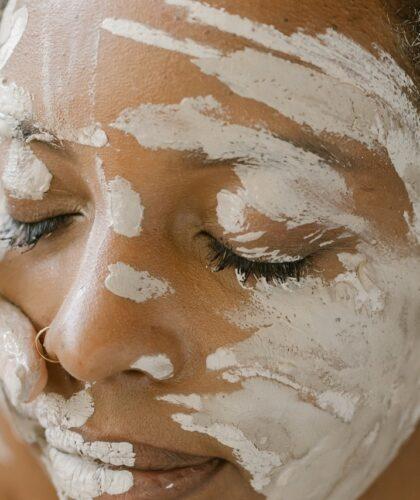 девушку мажут белой глиной