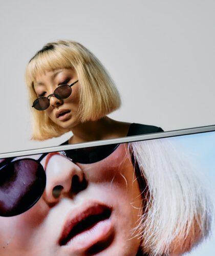 девушка с каре и в очках