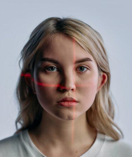 лазер на лице девушки