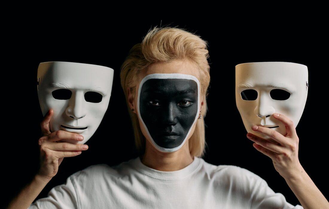 девушка с масками
