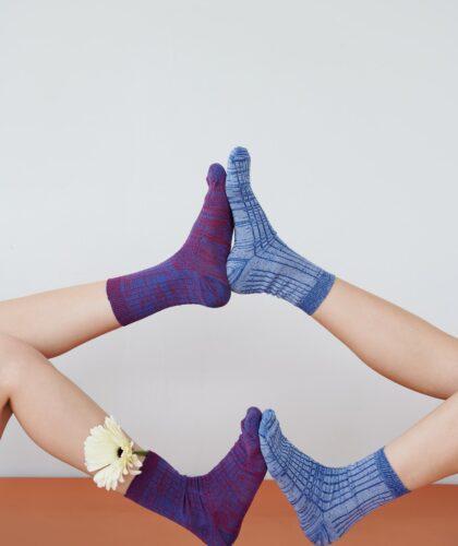 две пары ног в носках