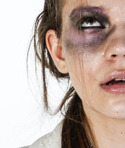 девушка с лиловым глазом