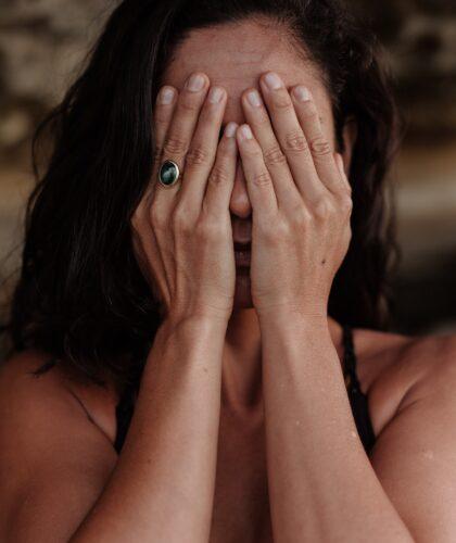 девушка закрывает глаза руками
