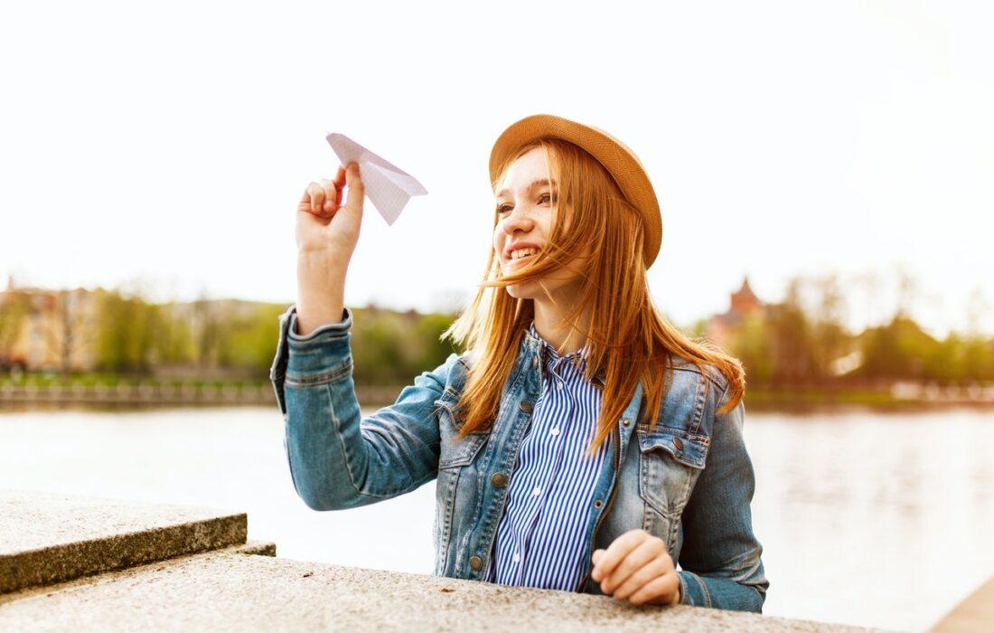 девушка с самолетиком