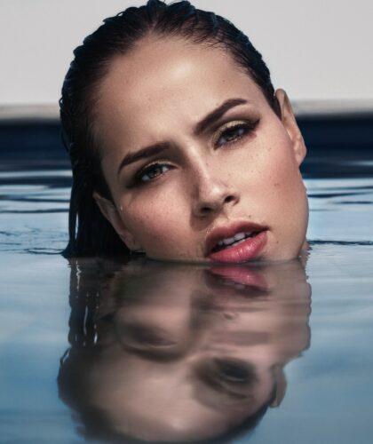 голова девушки в воде