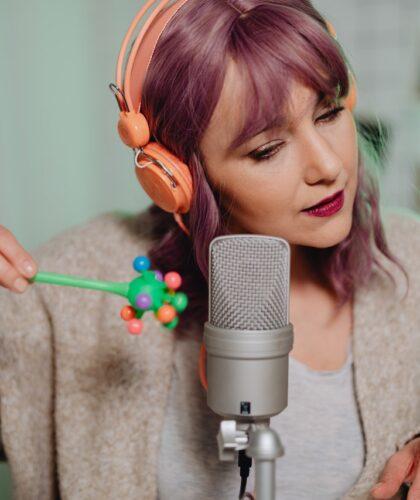 девушка с игрушкой и микрофоном