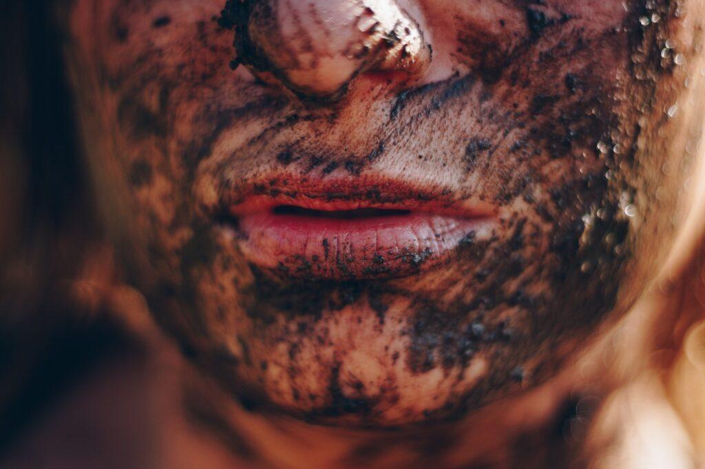 грязь на лице у девушки