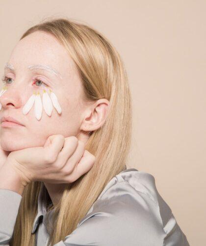 девушка с лепестками на лице