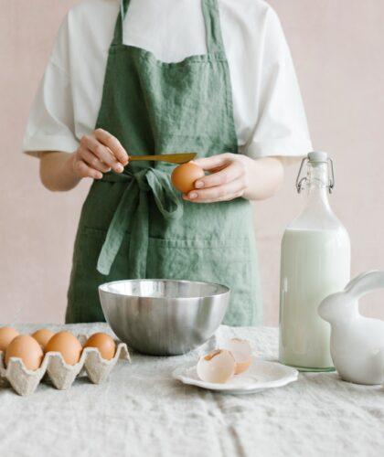 девушка с яйцами