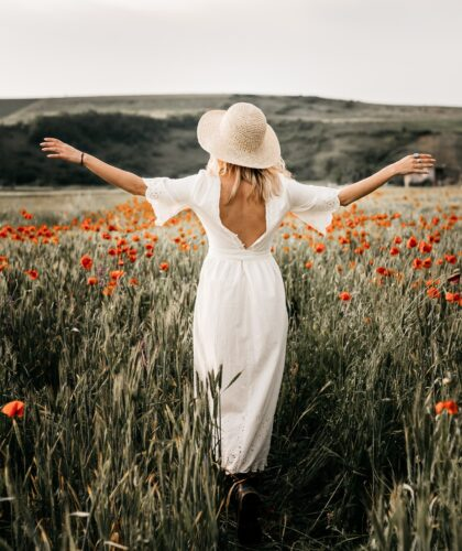 девушка в шляпке на природе
