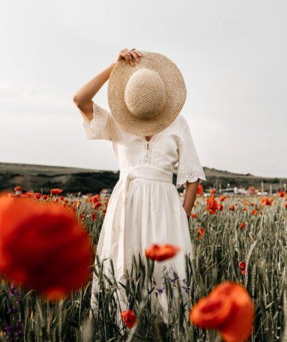 девушка со шляпкой перед собой