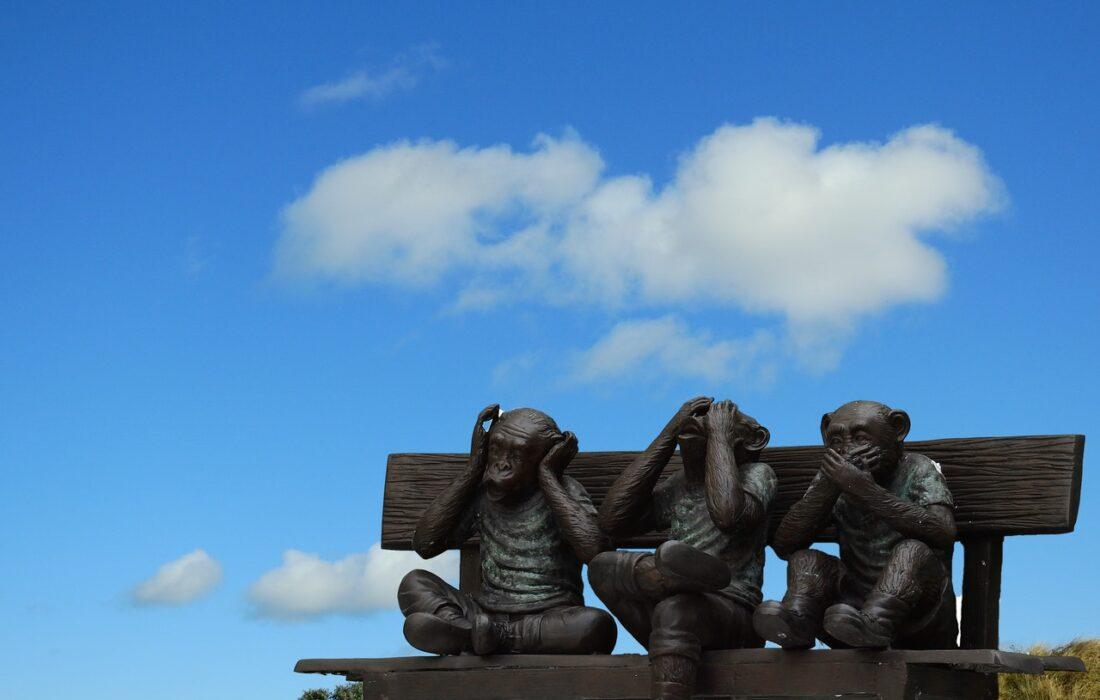статуи мартышек
