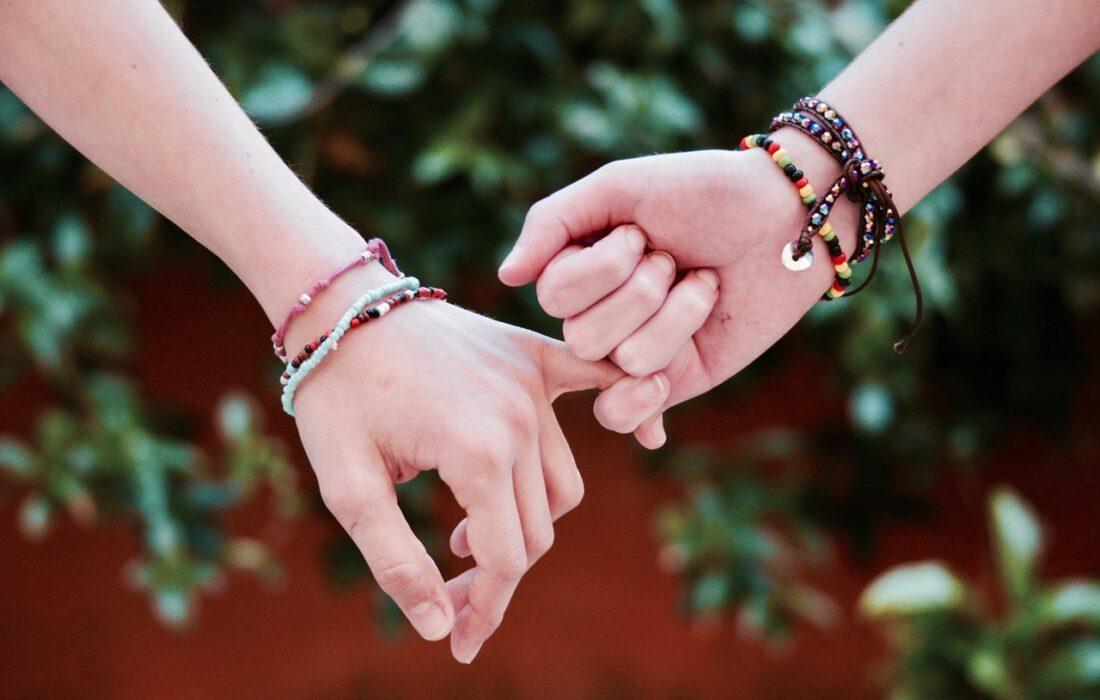 девушки держатся за руки