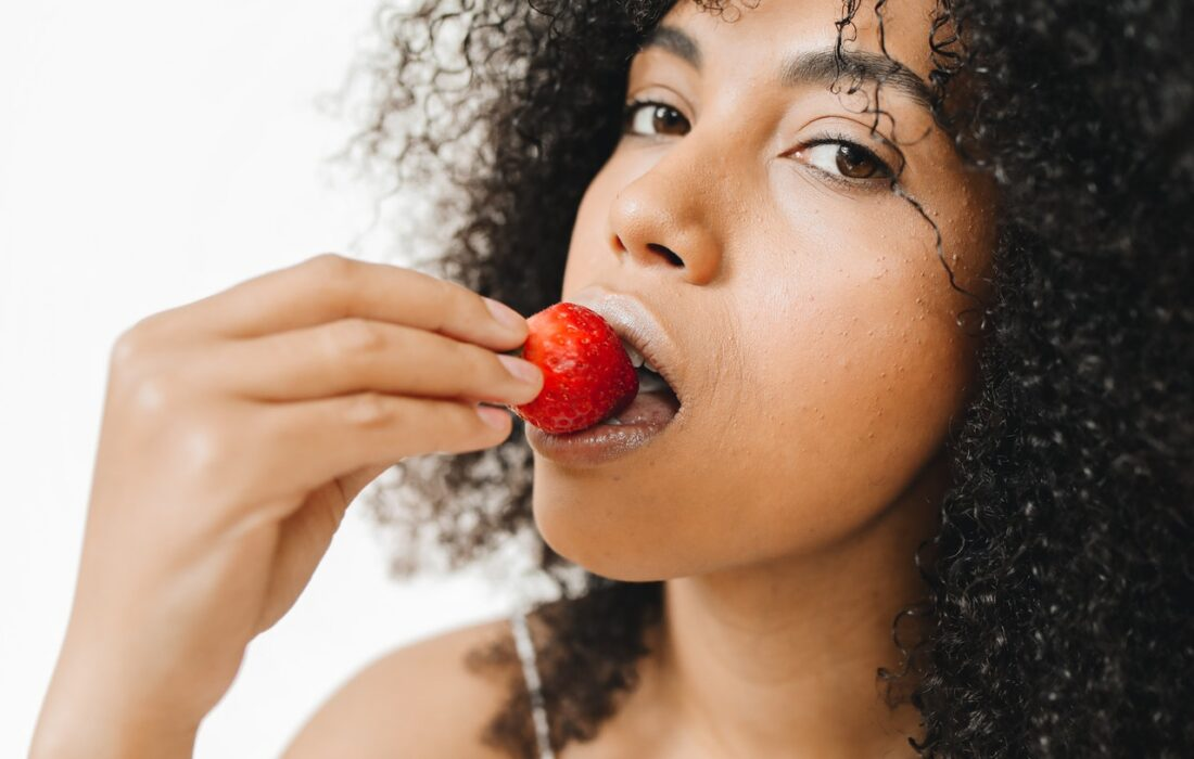девушка кушает клубничку