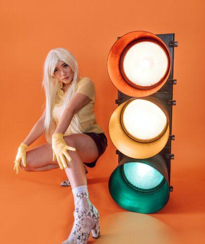 девушка со светофором