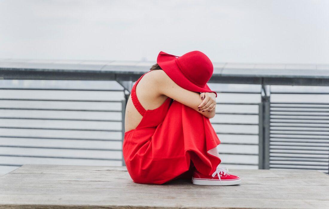 грустная девушка в красном