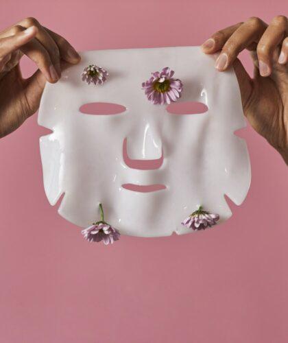 маска в руках
