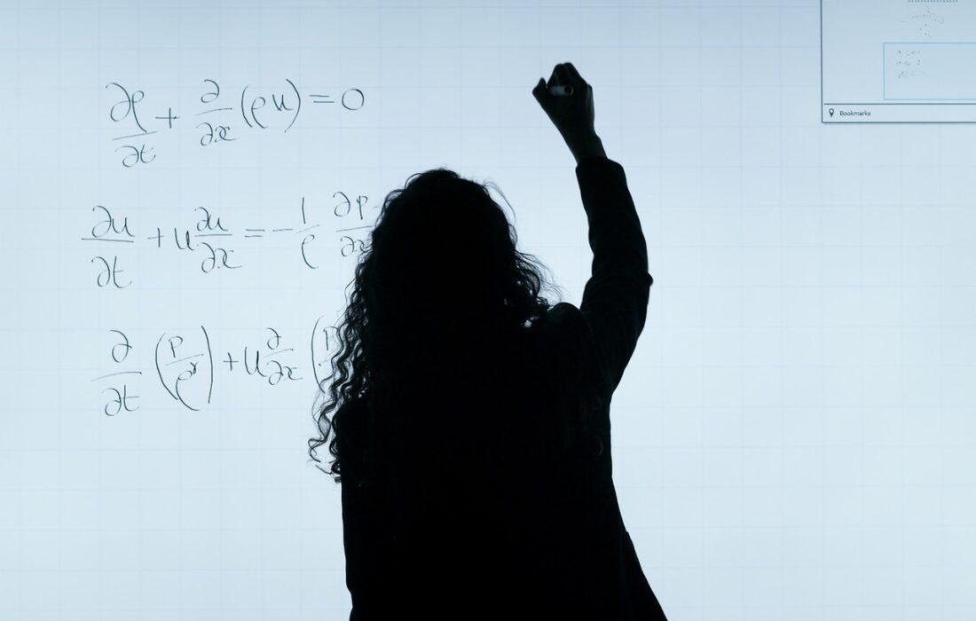 девушки пишет формулы