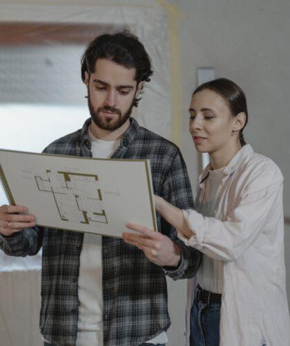 девушка и парень рассматривают рисунок
