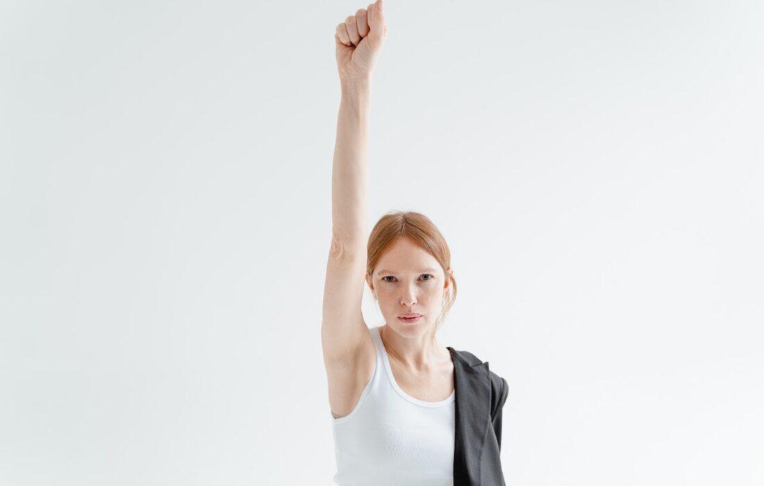 девушка с рукой вверх