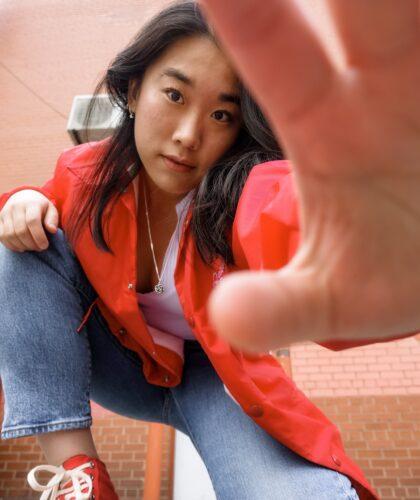 девушка направила руку в камеру
