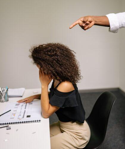 девушку ругают на работе