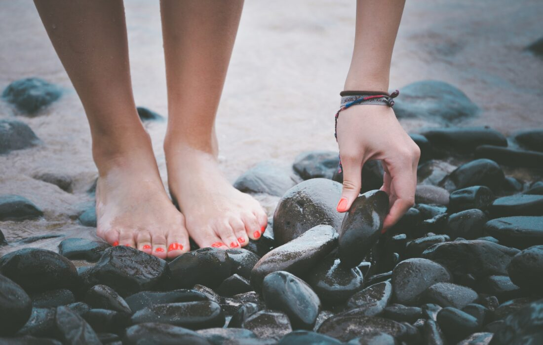 красивые ножки на камнях