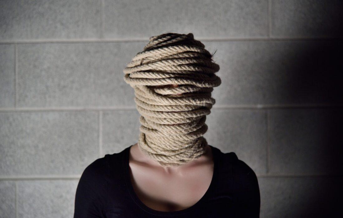 девушка с замотанной головой