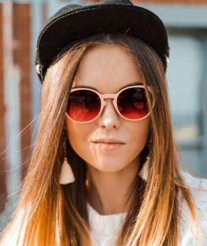 девушка в очках и кепке