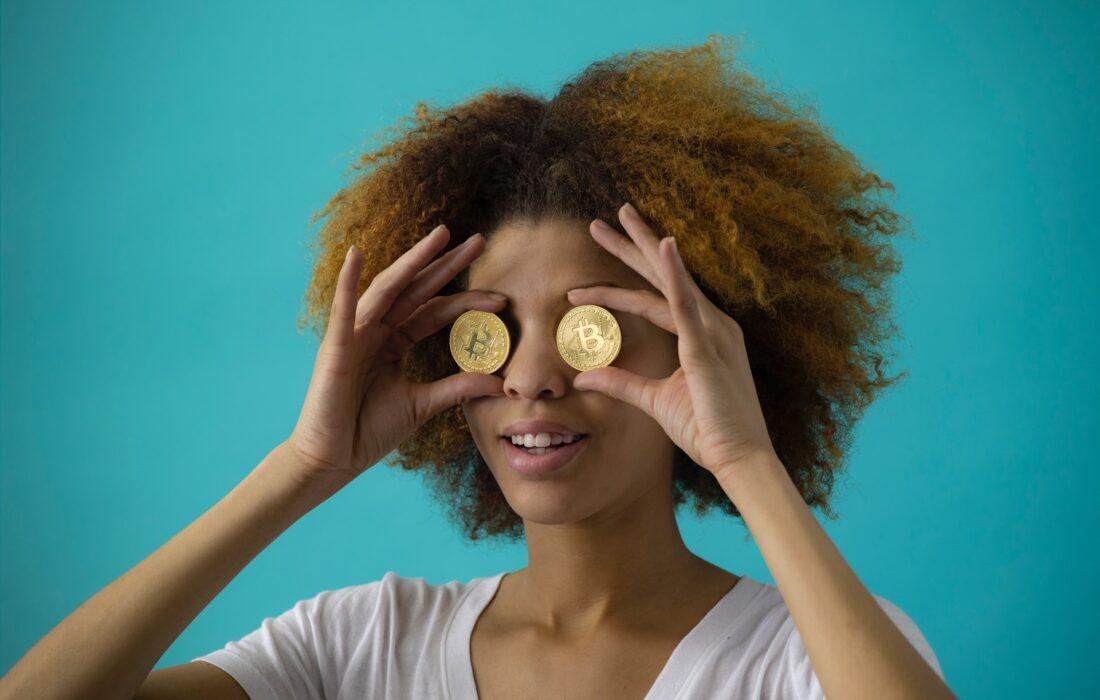 девушка с монетками