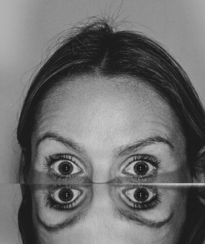 отражение испуганного лица
