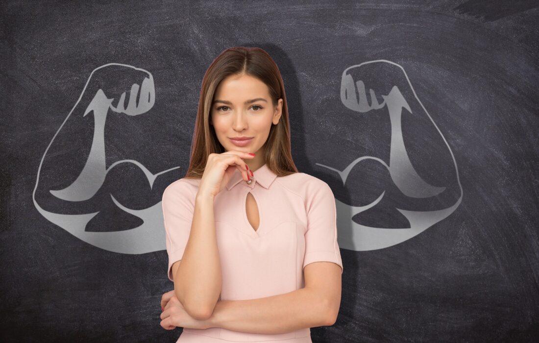 девушка на фоне сильных рук