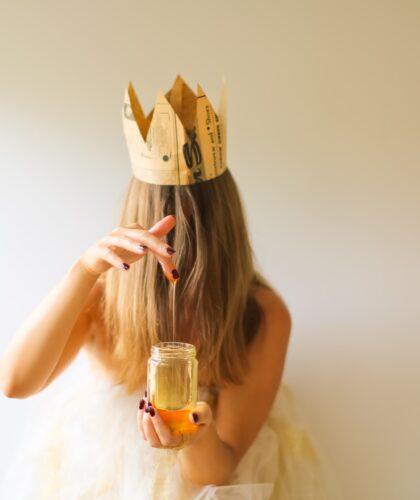 девушка с короной и медом